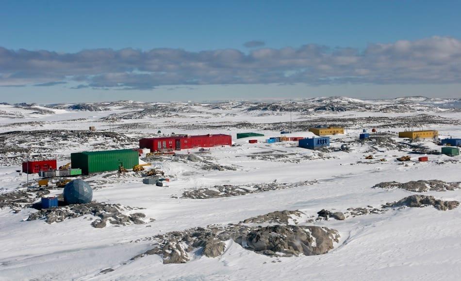 Die australische Station Casey liegt im Wilkes Land in der Ostantarktis. Im Sommer leben hier etwa 150 Leute, im Winter etwa 16 – 20. Der in der Nähe liegende Wilkes Airdrome ist eine wichtige Lebenslinie der Australier. Bild: Graham Denyer