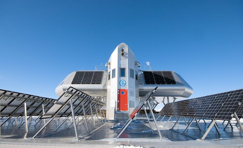 Solarenergie ist bei Antarktisstationen sehr beliebt. Die belgische Station Princess Elisabeth Antarctica ist die erste Station gewesen, die sogar als «Zero Emission» Station konzipiert war und ihren gesamten Energiebedarf aus erneuerbaren Quellen erhält. Bild: René robert, International Polar Foundation